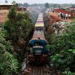 Un treno merci sulla linea ferroviaria Kenya-Uganda viaggia attraverso il tentacolare Kibera slum, una delle più grandi e più povere baraccopoli in Africa e la patria di circa 1 milione di persone in Nairobi capitale del Kenya,  26 Agosto 2011.