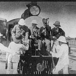 L'ex presidente degli Stati Uniti Theodore Roosevelt (seduto, a sinistra) e amici salgono sulla piattaforma di osservazione della Uganda Railway.