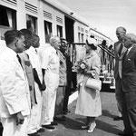 La regina madre incontra il personale ferroviario nel 1959.