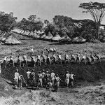 Lavoratori ferroviari che puliscono e preparano il terreno per il tracciato ferroviario, verso la fine del 1800.