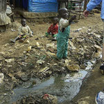 Bambini e fogna a cielo aperto in Kibera.