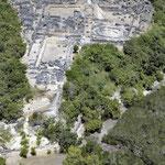 Veduta aerea di Husuni Kubwa che mostra in primo piano la scala minacciata dall'erosione marina.