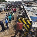 Un treno deraglia in una baraccopoli di Nairobi, i residenti temono di rimanere intrappolati, 22 Dicembre 2013.