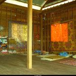 Le dortoir des filles... une pièce de 25 m² où un tapi sert de matelas.