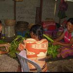 """A l'orphelinat, c'est la """"maman"""" qui cuisine pour les 25 enfants. Tout le monde met la main à la patte, certains vont chercher des herbes, d'autres des racines pendant que d'autres épluchent."""