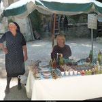 Les marchands présents dans les terres plus reculées arborent l'habit traditionnel local.
