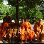 Les moines bouddhistes ne vivent que d'aumônes et ne peuvent manger que ce qui leur est offert car ils n'ont pas le droit d'utiliser de l'argent.