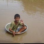 Un enfant se promène à travers le village des pêcheurs