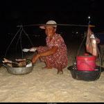 Au sud du Cambodge, sur les plages de Sihanoukville, les cambodgiens viennent vendre leurs poissons frais et cuits aux touristes pour une bouchée de pain.