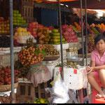 Les fruits ornent les routes et les marchés locaux.