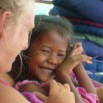 Un moment de complicité avec une jeune cambodgienne vendant des bracelets sur la plage... ça n'a pas de prix!