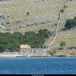 Quelques anciennes maisons, entourées de leurs murs en pierres, subsitent