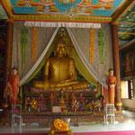 La plupart des cambodgiens (96% de la population) pratiquent le bouddhisme theravāda. Le Bouddha est présent partout et la majorité des croyants se contente d'espérer une prochaine vie sans douleur grâce aux prières et aux nombreuses offrandes.