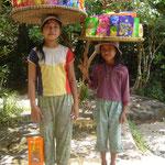 Deux jeunes cambodgiennes vendent des chips aux touristes.