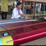Le foulard en soie naturelle et le Krama sont tissés à la main par des tisserandes cambodgiennes.