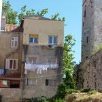 La guerre de Croatie entre 1990 et 1995, a laissé de nombreuses traces de son passage sur les habitations, marquées par les tirs d'obus et de fusils