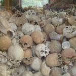 Le régime Khmer rouge (mouvement politique et militaire cambodgien communiste d'inspiration maoïste) au pouvoir entre 1975 et 1979 a causé la mort de près de 1,7 million de cambodgiens, soit plus de 20% de la population à l'époque.