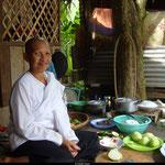 Rencontre avec une cambodgienne démunie, hébergée par des moines, sur le site d'Angkor. Nous l'avons rencontré et elle nous a invité à déjeuner. Un repas plutôt silencieux, la communication étant restreinte, mais inoubliable.