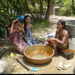C'est l'heure de la douche pour les filles, qui se montrent un peu pudiques. Au Cambodge, il est mal vu de se balader en mini-jupe et débardeur, nous devions faire attention à nos tenues.