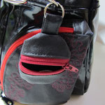 BAZZE, aussen an der Handtasche festmachen