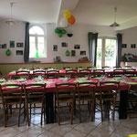 Salle à manger et ses grandes tables vue du salon