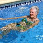 ... und Birgitta putzt den Pool