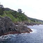 潮吹きの鼻と呼ばれる海岸洞窟を見に下りてゆきます。