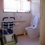 車椅子でもラクに入室できるトイレ