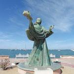 an der Promenade reihen sich Skulpturen