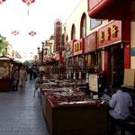 In Dunhuang spazieren wir durch die Marktstände