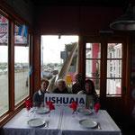 Wir sind in der südlichsten Stadt der Welt angekommen – hier mit Annemi und Günther