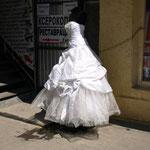 ueberall kann man Brautkleider kaufen und diese sind auf der Strasse ausgestellt