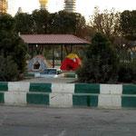 hier übernachten viele Iraneer in Zelten auf gedeckten Plätzen