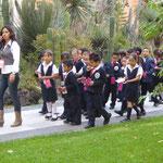 Schulkinder tragen Uniform