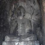 Ein grosser Buddha in Stein gemeisselt
