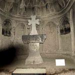 diese Kirche und der Altar sind ganz aus dem Felsen gemeisselt