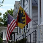 Bernerwappen und die amerikanische Flagge an den Häusern