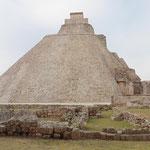 eine ovale Pyramide