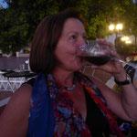 mit einem Abendessen und  einem Glas Wein
