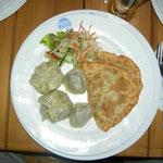 mongolisches Essen, kleine und grosse gedämpfte Teigtaschen, gebratene Teigtaschen und alles mit Hammelfleich