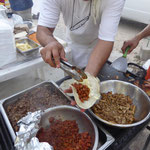 Tortillas und Tacos vom Grill - werden mit Fleisch gefüllt ...