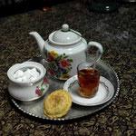 und geniessen dazu Tee und Gebäck