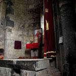 der typische armenische Altar ist aus schlichtem Stein