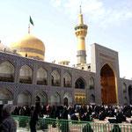 Tor, Kuppel und Minarette vergoldet, hier sind viele beim beten
