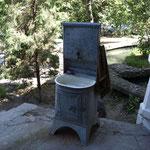wenn kein fliessend Wasser vorhanden ist, dann steht diese Vorrichtung vor dem Haus