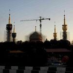 vor der Grabstätte des Ayatollas Chomeni (seit Jahren eine Baustelle)