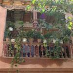 und Blumen am Balkon