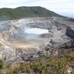 der Vulkan ist nur leicht aktiv - Gas tritt aus