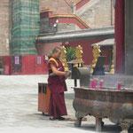 Mönch mit Räucherstäbchen