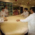 aus Klasse B Seide wird in schweizerisch-asiatischer Zusammenarbeit eine Bettdecke gezogen